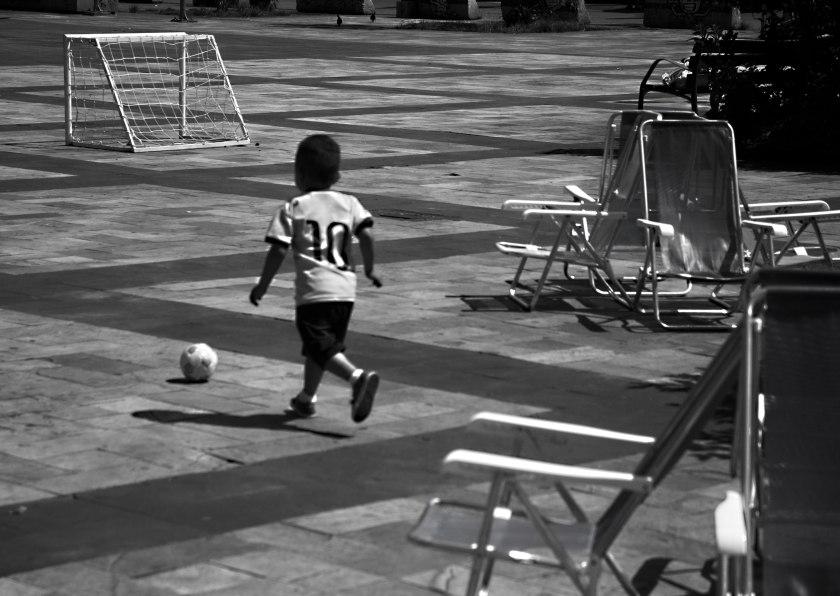 menino_jogando_bola_pinheiros_sp