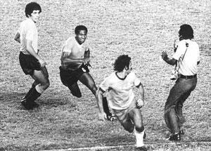 Rivellino_Ramirez_Brasil_Uruguai_1976